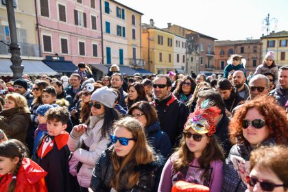 Piazza piena per il Carnevale da Cani - Ph Massimo Maggioli