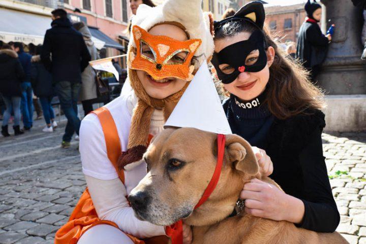 Carnevale del mattino viale strapieno e piazza invasa dai - Pagina colorazione maschera gatto ...