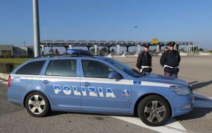Minaccia di buttarsi dal ponte, poi prende a morsi il soccorritore – VIDEO