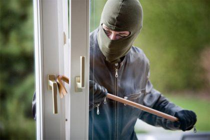 Ladri in casa, i proprietari non si accorgono.