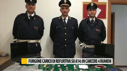 Furgone carico di refurtiva su A14: in carcere 4 rumeni – VIDEO