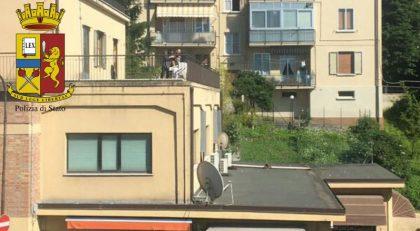 Urbino, denunciati due giovani: sparavano col fucile dal terrazzo per divertimento