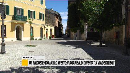 """Un palcoscenico a cielo aperto: via Garibaldi diventa """"la via dei Ciliegi""""  – VIDEO"""