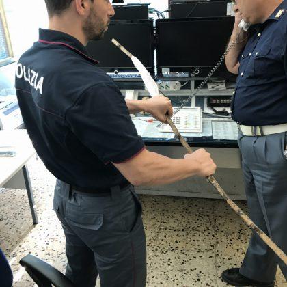 Gira con una spranga di ferro, la Polizia denuncia un Leccese