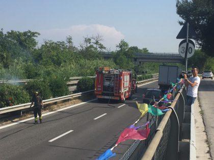 Sterpaglie a  fuoco in superstrada all'altezza dello svincolo per l'A14