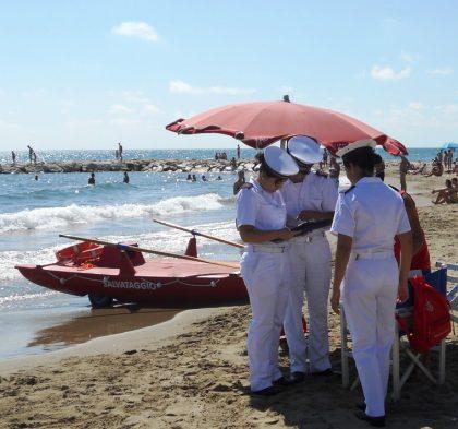 Tragedia a Torrette di Fano. Bagnino annega per salvare ragazzini in difficoltà