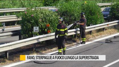 Fano, sterpaglie a fuoco lungo la superstrada