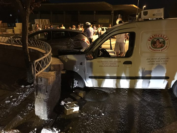 Incidente stradale, auto contro furgone: morta una donna