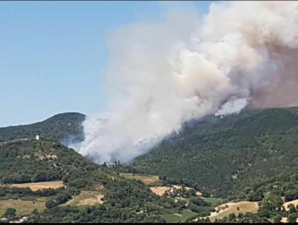 Allarme incendi: il monte delle Cesane sembra un vulcano in eruzione – VIDEO