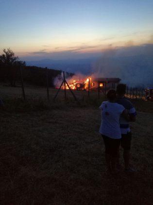 Distrutto dalle fiamme il rifugio Corsini sul monte Nerone