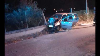 Auto si schianta contro un muro di cinta, ferita 29enne
