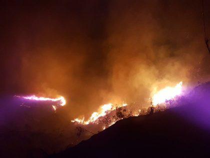Incendio sul Colle San Bartolo, evacuate due zone. Canadair in azione