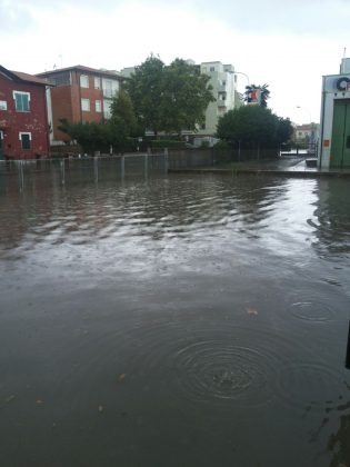 La pioggia manda sott'acqua Lido e via Pisacane – VIDEO