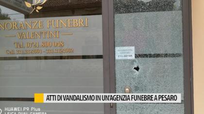 Atti di vandalismo in un'agenzia funebre a Pesaro – VIDEO
