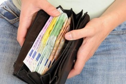 Trova un borsello pieno di soldi e lo restituisce al proprietario