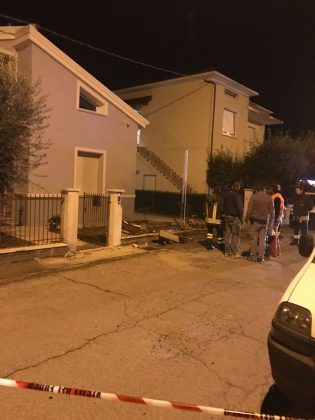 Si schianta col furgone contro una casa. Paura per una fuga di gas (Foto e video)
