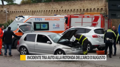 Incidente tra due auto davanti alla rotonda dell'arco d'Augusto – VIDEO