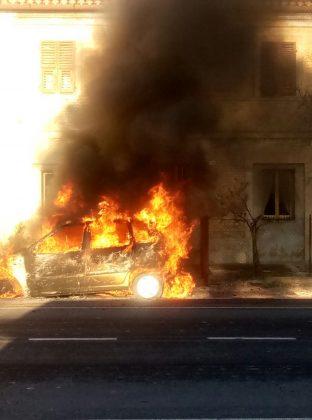 Auto a metano prende fuoco in via Roma a Fano. E accende le polemiche