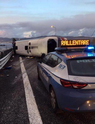 Pullman partito da Urbino si ribalta sull'A2, 15 feriti