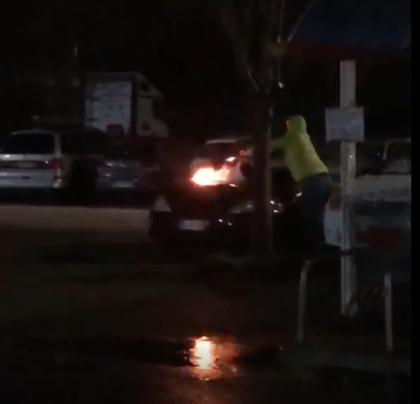Auto prende fuoco in un parcheggio a Fano. Uomo spegne l'incendio (VIDEO-SEGNALAZIONE)