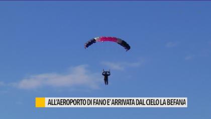 All'aeroporto di Fano è arrivata dal cielo la Befana – VIDEO