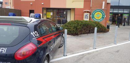 Padre e figlia arrestati dai carabinieri per furto di liquori pregiati ed abbigliamento – VIDEO