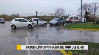 Incidente via Papiria tra tre auto, due feriti – VIDEO