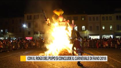 Lingue di fuoco sulla folla durante il rogo del Pupo (Video 2018)