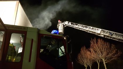 Azienda in fiamme a Bellocchi: incendio domato dai vigili del fuoco – VIDEO