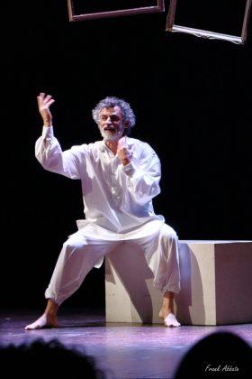 Lunedì 19 marzo al Teatro Don Bosco di Macerata, martedì 20 al Cineteatro Loreto di Pesaro: Uno Nessuno Centomila con Enrico Lo Verso