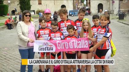La carovana e il Giro d'Italia attraversa la città di Fano – VIDEO