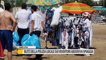 Blitz della Polizia Locale sui venditori abusivi in spiaggia – VIDEO