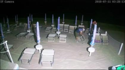 Razzia di lettini in spiaggia a Ponte Sasso: ladro ripreso dalle telecamere – VIDEO