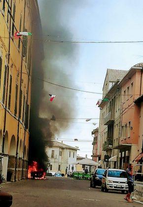 Paura in corso Garibaldi, auto rischia di esplodere