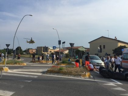 Incidente tra auto e scooter sulla rotatoria. Grave una donna Fanese