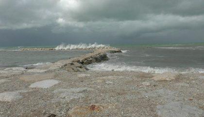 Fano: vuole gettarsi nel mare in tempesta, la Polizia lo convince a desistere