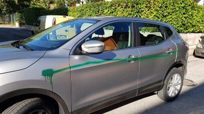 Atti vandalici a Lucrezia. Vernice spray sulle auto in sosta – VIDEO