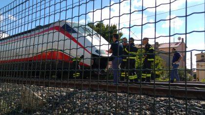 Uomo si getta sotto il treno alla stazione di Fano. Linea Adriatica bloccata – VIDEO