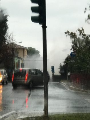 Auto a Gpl prende fuoco, paura in via IV Novembre a Fano – VIDEO
