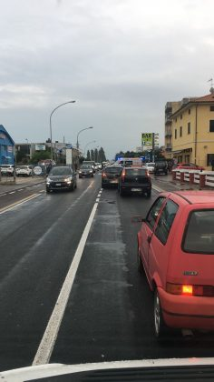 Incidente a Fano: postina cade dallo scooter e si ferisce al volto