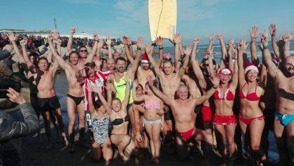 Pesaro, un centinaio di persone per il tradizionale tuffo di Capodanno (Foto e Video)