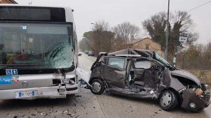 Fano: fa un testacoda con l'auto, poi si schianta contro un autobus di linea – VIDEO