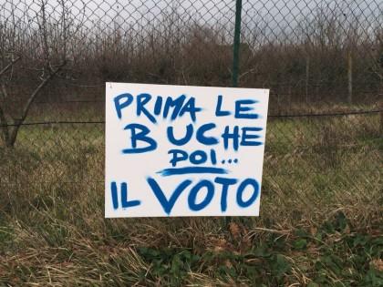 """""""Prima le buche poi il voto"""". Aumenta la rabbia dei cittadini"""