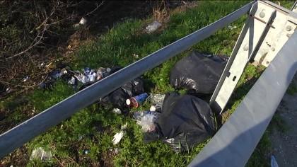 In Superstrada piazzole di sosta piene di sacchetti dei rifiuti