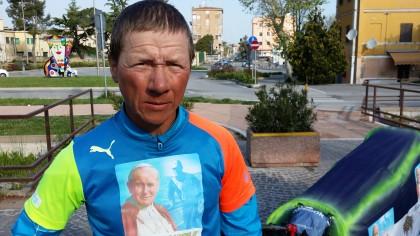 Peter, partito a piedi dalla Polonia e diretto a Roma. Oggi ha fatto tappa a Fano  (FOTO)