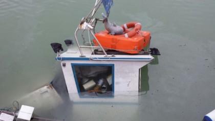 Imbarcazione finisce sott'acqua al porto di Fano (Guarda le FOTO)