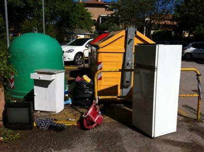 Segnalazione di una lettrice: Isole ecologiche piene di rifiuti