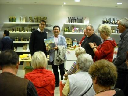 Ignazio Pucci consegna copia Provincia Bella a tour operator austriaco