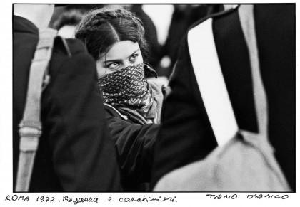 Foto Tano D'Amico, Ragazza e carabinieri, Roma 1977