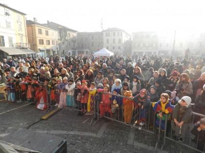 Folla per 'Arlecchino, pane, amore e_ una bugia'